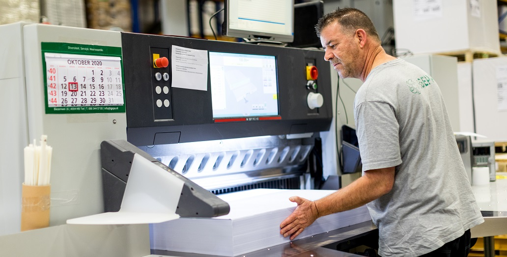 snijder machine operator papiersnijmachine